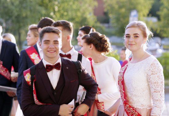 Городской торжественный вечер, посвященный чествованию выпускников нашего города прошел вчера во Дворце спорта «Ока».