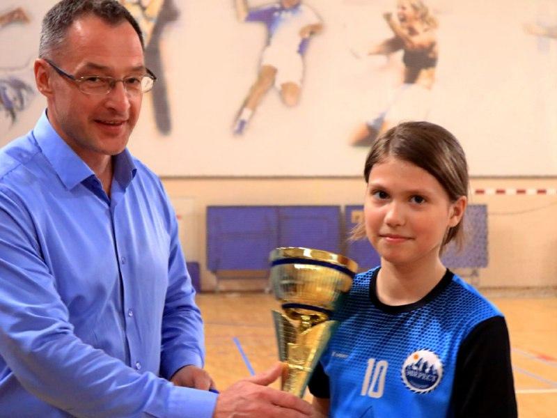 Во Дворце спорта «Ока» состоялось торжественное награждение команды «Эверест» и ее тренеров за второе место на Первенстве Московской области по мини-футболу среди девичьих команд.